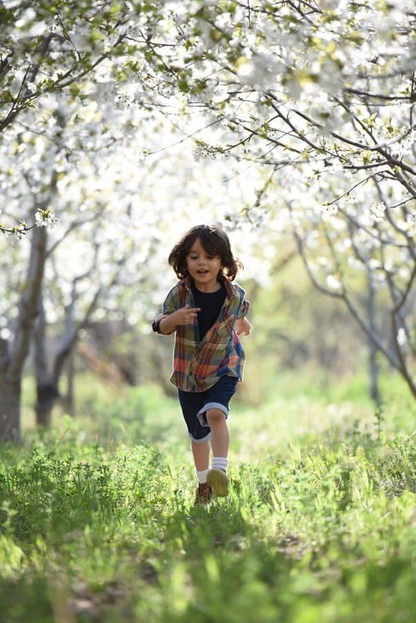 Copil alergând